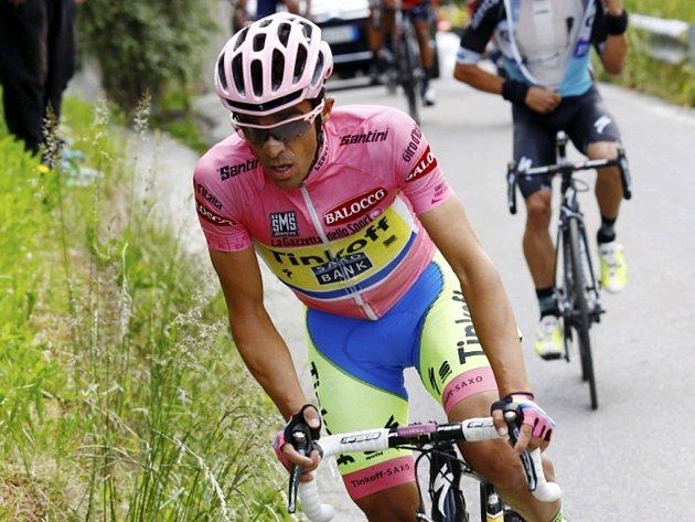 Alberto Contador v růžovém trikotu pro lídra Gira d'Italia.