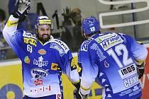 Milan Hruška z Brna (vlevo) se raduje z gólu.