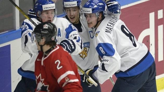 Hokejisté Finska se radují z gólu proti Kanadě na MS hráčů do dvaceti let.