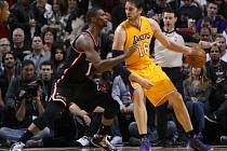 Souboj hvězd. Chris Bosh z Miami (vlevo) se snaží zastavit Paua Gasola z LA Lakers.