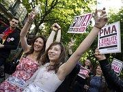 Francouzští poslnaci povolili homosexuálům sňatky a adopce. V ulicích Paříže lidé oslavovali