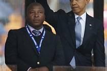 Překladatel znakové řeči, na kterého si stěžují neslyšící. V pozadí prezident Obama.