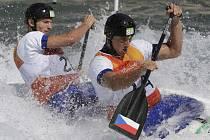 """Deblkanoisté Jonáš Kašpar (vpředu) a Marek Šindler se připravili o olympijskou medaili """"eskymákem"""" před cílem."""