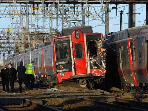 Při srážce dvou vlaků rušné příměstské linky severně od New Yorku se v pátek večer zranilo 60 lidí, z toho pět zranění je vážných a jedno velmi vážné.