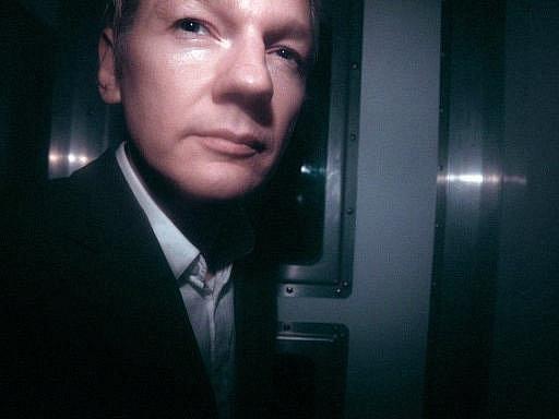 Zakladatele serveru WikiLeaks Juliana Assange propustil na kauci v přepočtu šesti milionů korun londýnský soud z vazby.