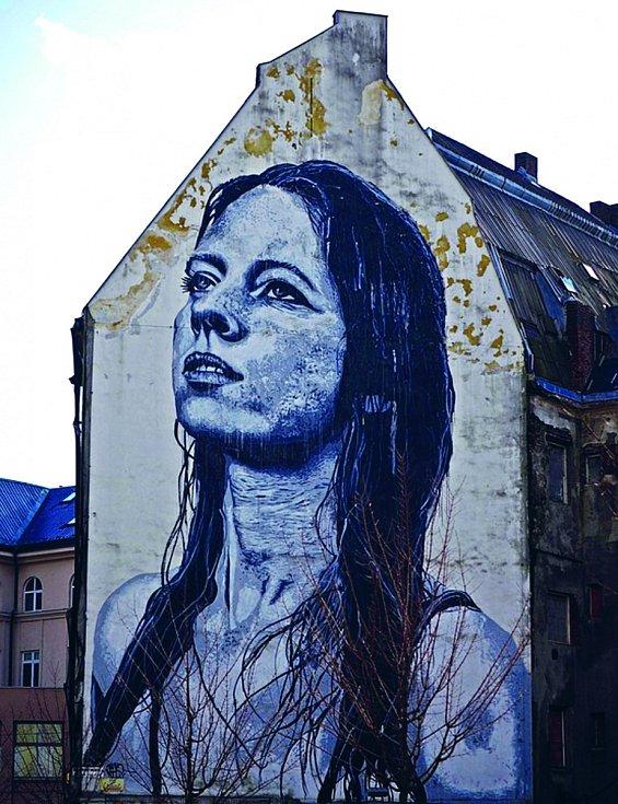 Obrovská malba Ostravské madony neboli Meredith na stěně domu někdejšího obchodního domu Ostravica-Textilia zdobí třídu 28. října v Moravské Ostravě.