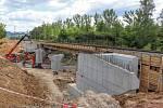 Železniční most, který převádí koleje přes silnici druhé třídy č. 258 z Duchcova do Želének a dál do Hostomic.