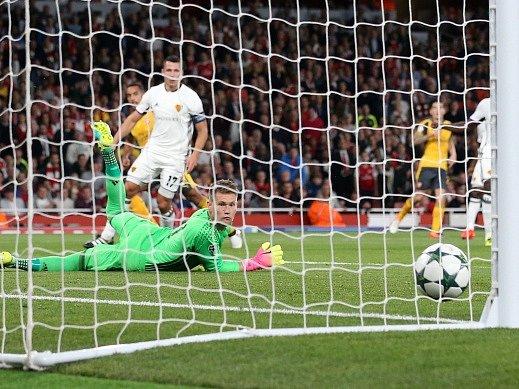 Tomáš Vaclík sleduje, jak míč po střele Walcotta míří do jeho branky