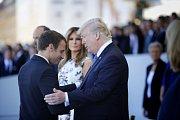 Emmanuel Macron (vlevo) a Donald Trump.