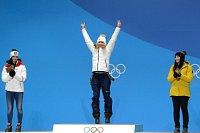 Ester Ledecká se zlatou olympijskou medailí.