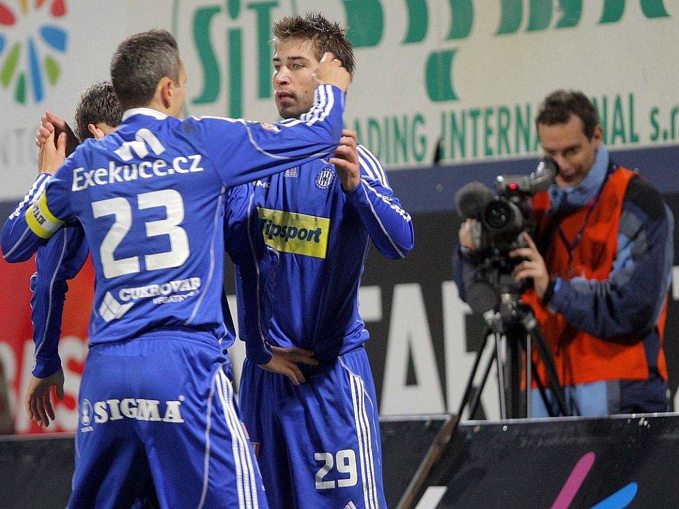 Obránce Sigmy Olomouc Tomáš Janotka (vlevo) gratuluje střelci Pavlu Šultesovi ke gólu proti Písku.