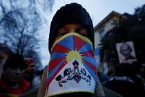 Příznivci Tibetu se sešli před čínskou ambasádou v Praze, aby si připomněli 50. výročí potlačení povstání ve Lhase.