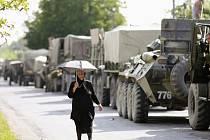 Klid před bouřkou? Kolona ruských tanků čekající asi dva kilometry před grizínským městem Zugdidi.