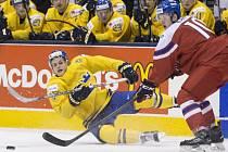 David Kampf (vpravo) se na MS dvacítek snaží obehrát Williama Nylandera ze Švédska.