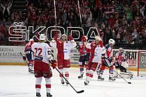 Hokejisté Slavie se radují z gólu proti Pardubicím.