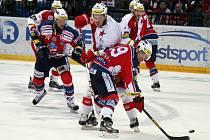 Hokejisté Pardubic (v červením) proti Slavii.