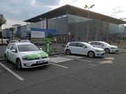 Dobíjecí stanice ČEZu před Kauflandem na pražském Vypichu.