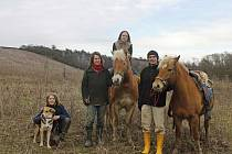 Rodina Kutáčkových z Vyškovska. Možná nejstarší českou unschoolerkou je sedmnáctiletá dívka (na koni). Do školy nikdy nechodil ani její třináctiletý bratr.