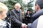 Ministr pro lidská práva a národnostní menšiny Michael Kocáb navštíávil mosteckou lokalitu Janov a podíval se i do tamních ubytoven a na sídliště, kde žijí sociálně slabé rodiny.