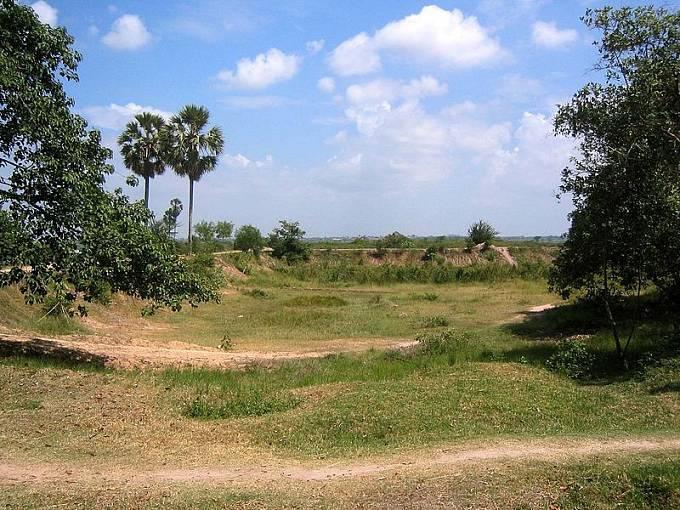 Jeden z masových hrobů v Kambodži