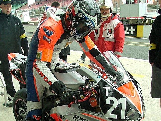 Tomáš Mikšovský v boxech v Le Mans.