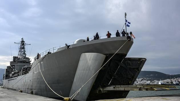 Řecká vojenská loď kotví v přístavu Mytiléna 4. března 2020.