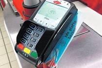 ZRYCHLENÍ. Čip můžete, na rozdíl od karty, nosit třeba na klíčích nebo jako nálepku na mobilu.