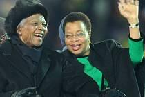 Nelson Mandela byl čestným hostem na mistrovství světa 2010 (na snímku s manželkou Gracou Machelovou)