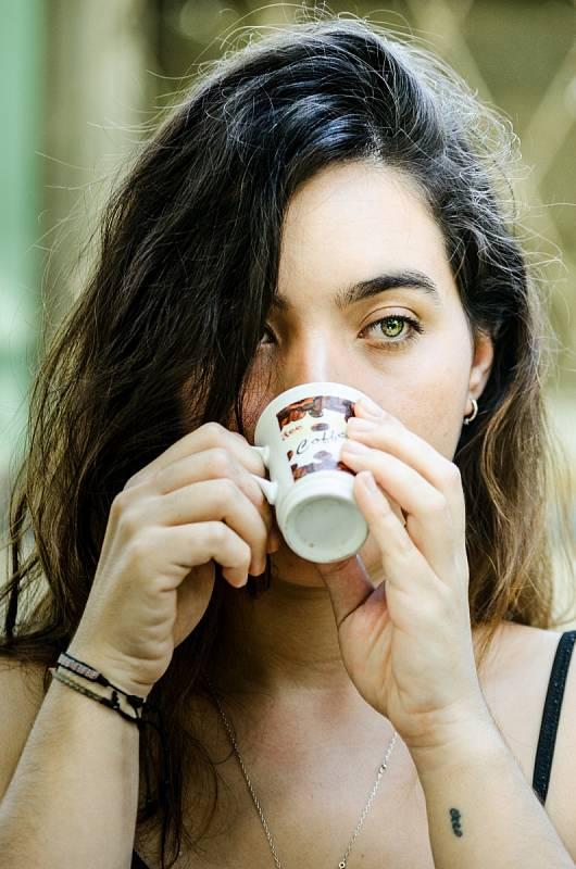 Podle serveru Science Alert existuje několik teorií, odkud se pověra o negativním působení kávy na dětský růst vzala.