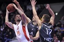 Basketbalisté Sieny (v tmavém) při utkání Evropského poháru proti Nymburku