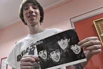 Do České knihy rekordů a kuriozit byl 14. dubna zapsán šestadvacetiletý amaterský hudebník David Novotný (na snímku), který sestříhal z fragmentů vokálních stop legendární skupiny Beatles zcela novou píseň, ke které sám složil hudbu a napsal text.