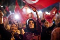 Tisíce Turků dnes večer opět vyšly do ulic Ankary i dalších měst, aby daly po pátečním zmařeném pokusu o převrat najevo svou podporu prezidentu Recepu Tayyipu Erdoganovi a jeho straně.