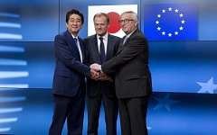 Donald Tusk, Šinzó Abe a Jean-Claude Juncker