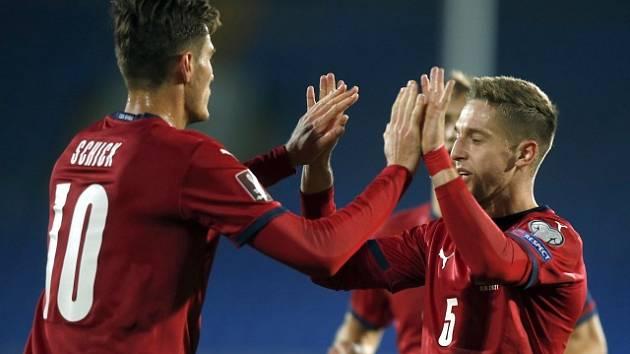 Čeští fotbalisté porazili Bělorusko. Gólová radost Patrika Schicka a Tomáše Wiesnera.
