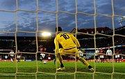 Guelor Kanga ze Sparty proměňuje penaltu v zápase proti plzeňské Viktorii