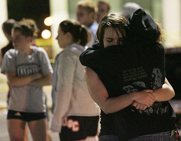 Pět lidí včetně útočníka bylo zabito a nejméně dalších 10 zraněno po střelbě ve sportovním centru v pensylvánském městě Bridgeville na severovýchodě USA.