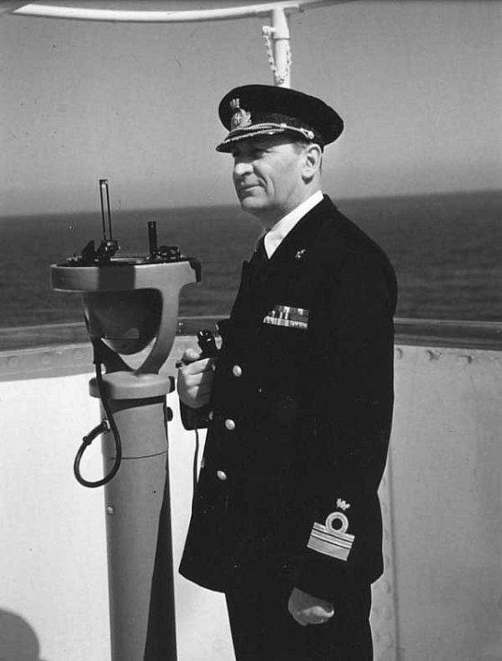 Kapitán Piero Calamai velel parníku Andrea Doria v noc, kdy se loď potopila. Calamai byl mimořádně zkušeným námořníkem, veteránem obou světových válek. Potápějící se parník opustil až na poslední chvíli na naléhání posádky, plánoval v něm umřít.