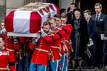 Důstojnící odnáší rakev prince Henrika. V pozadí královna Margrethe, korunní princ Frederik a další rodinní příslušníci