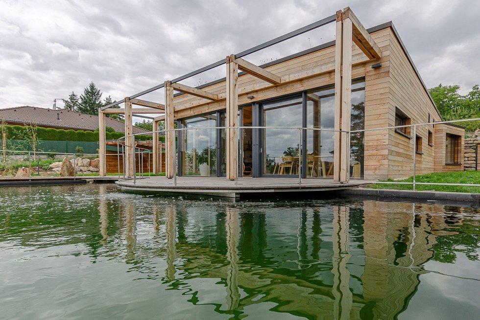 Dům je kombinací dřevostavby (obvodový plášť a konstrukce střechy hlavního rodinného domu) a betonové konstrukce ve spodní části domu.