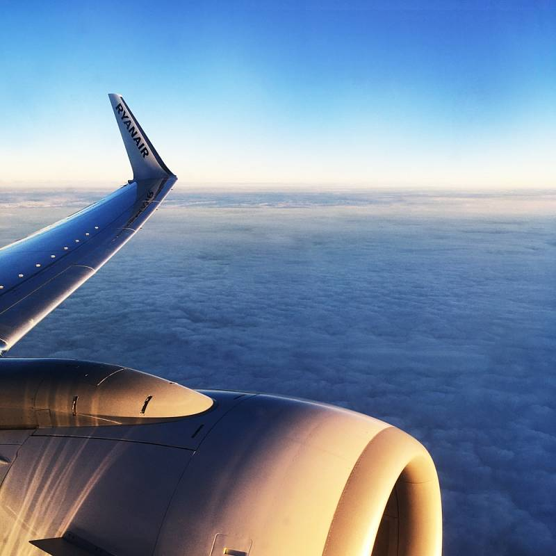 Letadlo společnosti Ryanair ve vzduchu.