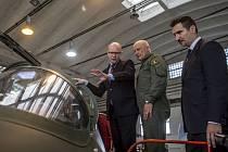 LEGENDA V NOVÉM. Na demonstrátor nové generace Albatrosu (L -39) se byl nedávno podívat i premiér Bohuslav Sobotka. Letadlo mu ukazoval zkušební pilot Miroslav Schützner (uprostřed) a prezident Aera Vodochody Ladislav Šimek (vpravo).