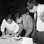 IV. SJEZD SVAZU ČESKOSLOVENSKÝCH SPISOVATELŮ. Mezi hlavní vystupující patřili (zleva) Ludvík Vaculík, Milan Kundera a Ivan Klíma.