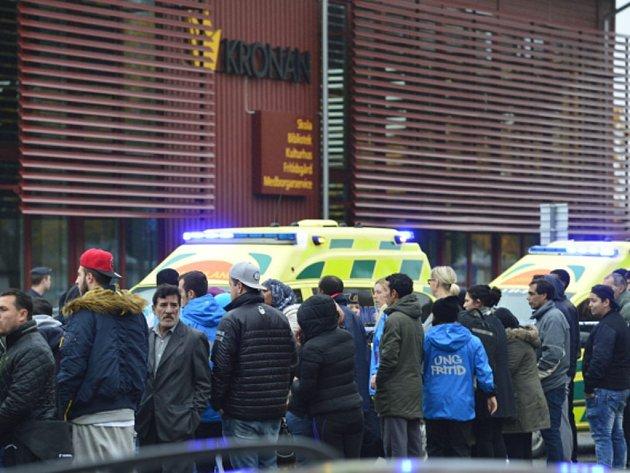 Jeden učitel přišel o život a čtyři žáci utrpěli zranění při útoku maskovaného muže ozbrojeného mečem ve škole na jihozápadě Švédska.