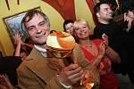 Známý herec Ivan Trojan dostal v jednom pardubickém baru od režiséra Jiřího Stracha Cenu TýTý pro nejoblíbenějšího herce, kterou si nestihl převzít v Praze.