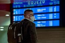 Muž s respirátorem na Hlavním nádraží v Praze