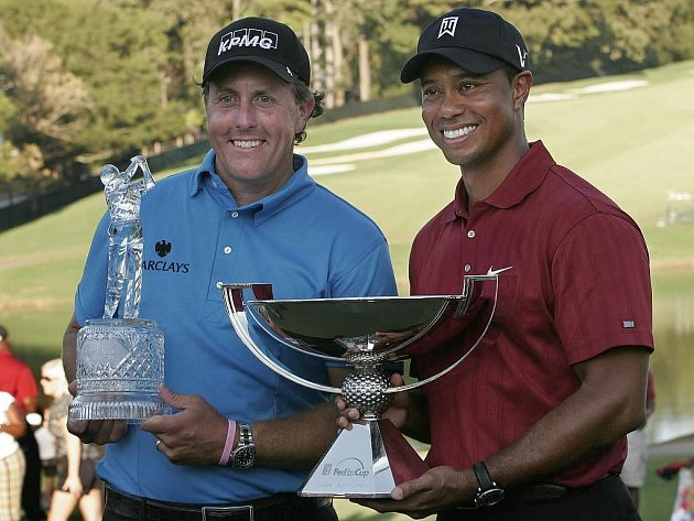 Vítěz finálového turnaje Phil Mickelson (vlevo) a celkový šampion FedEx Cupu Tiger Woods s trofejemi.