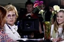 Zleva herečky Magdalena Sidonová, Jana Šulcová a Kristýna Boková při natáčení filmu režiséra Ondřeje Trojana Občanský průkaz, který se natáčel 5. května na gymnáziu v Říčanech.