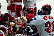 Jiří Dopita (vpravo) se snaží zastavit rozzuřeného Malce v utkání předkola play off.