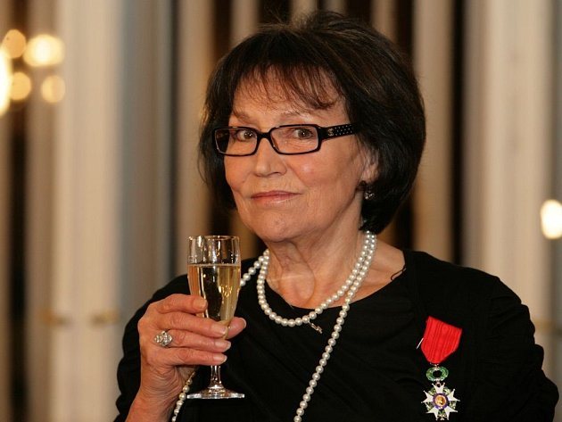 Zpěvačka Marta Kubišová obdržela Řád čestné legie na Velvyslanectví Francie 28.října.