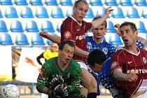 Daniel Kolář (druhý zleva) střílí jediný gól duelu Kladno - Sparta.